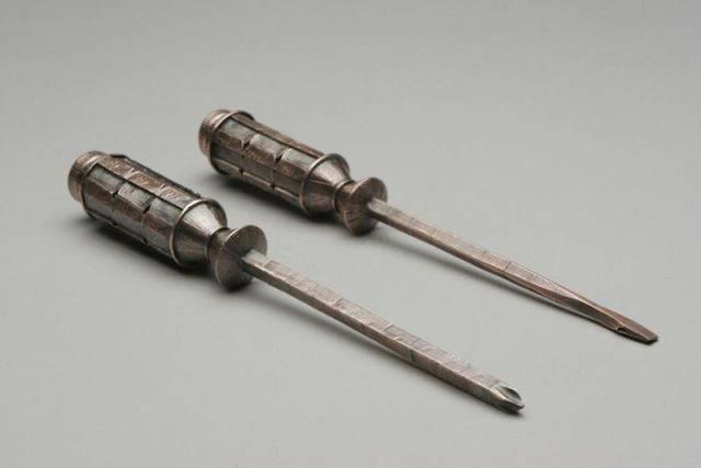 Narzędzia wykonane z monet. 12