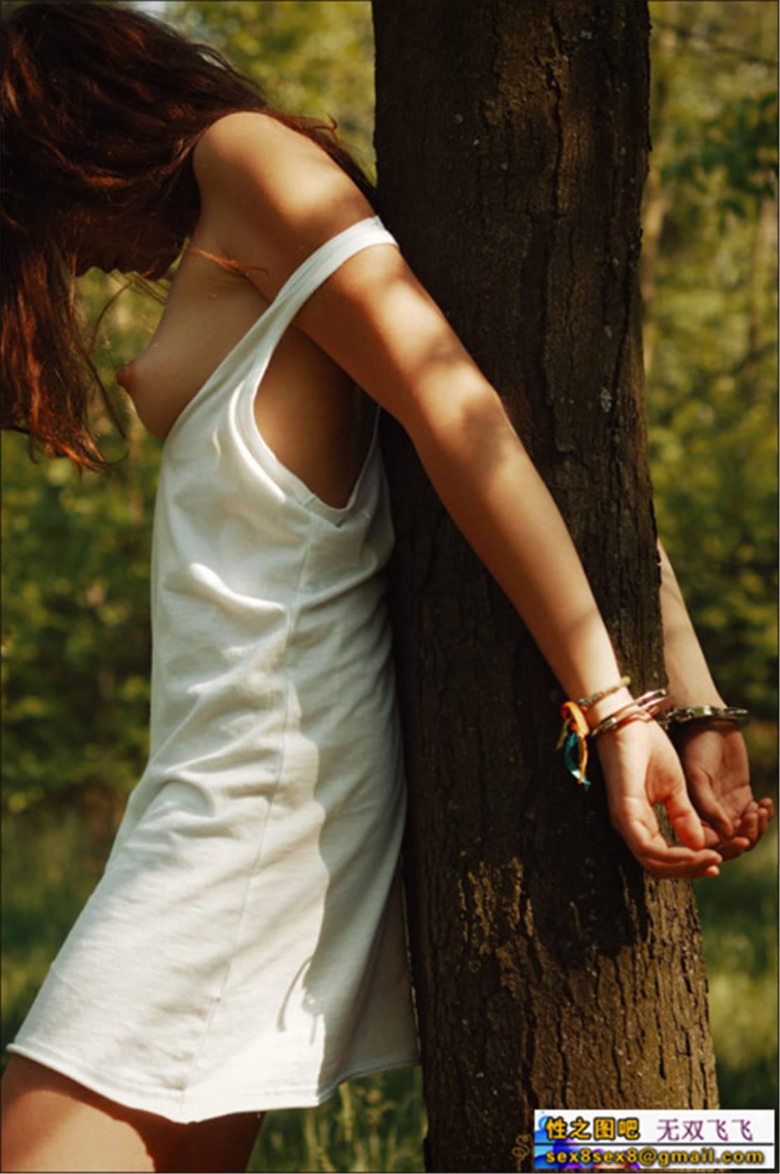 Связал девушку в лесу 3 фотография