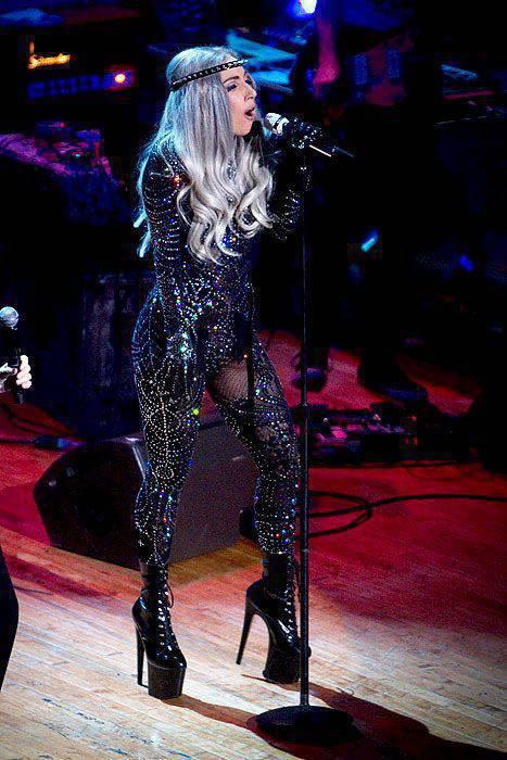 Lady Gaga i jej dziwne stroje 36
