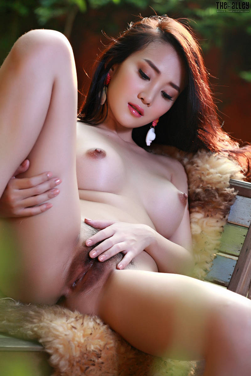 leia-nude-thai-magazine-female-naked-womans-kissing-nude