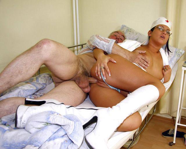 сексуальная медсестра занимается сексом с дедом фото