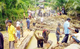 6521963e562c2bd36afffd6ed8cec133477a798 Korban Banjir Butuh Makanan & Pakaian 17 Rumah Masih Terendam Air Setinggi 1 Meter